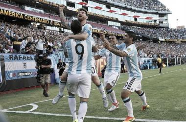 El festejo de Messi y el 'Pipa' ante Venezuela (Foto: Infobae).
