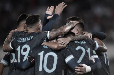 Argentina logra un triunfo sufrido que le permite soñar