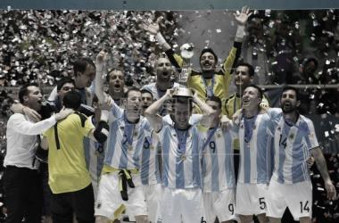 La Selección Argentina de fútbol sala levantando un título | Foto: efe.com