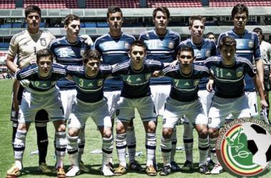 La selección argentina Sub-15 posa antes del inicio de un encuentro. (Foto: RIVERPLATE.com)