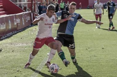Matías Pisano cubriéndole la pelota a Alejandro Cabrera en el empate 1 a 1.