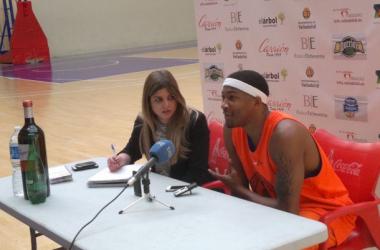 Armon Johnson comparece ante los medios en Pisuerga. (Imagen: Alberto Blanco Paredes).