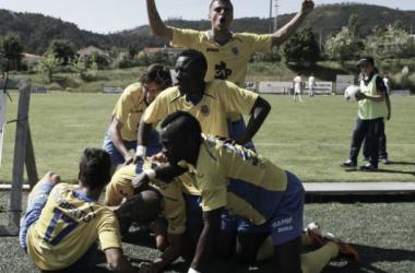 Os jogadores do Arouca festejam a passagem à primeira divisão do campeonato (Foto:AFP)