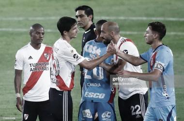 """ÚLTIMA VEZ. """"Nacho"""" Fernández saluda a los hombres de Arsenal, en el último partido que jugaron entre ambos. Foto: Getty images"""
