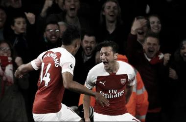Aubameyang yÖzil celebran el triunfo. Foto: Arsenal.