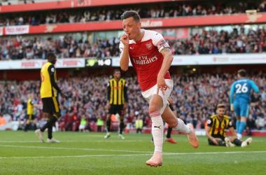 Mesut Özil celebrates Arsenal's winning goal | Photo via the Daily Mirror