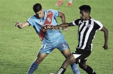 """<p class=""""MsoNormal""""><i><span lang=""""ES-AR"""">Leonel Picco y Gabriel Dias de Oliveira disputando una pelota<o:p></o:p></span></i></p>"""