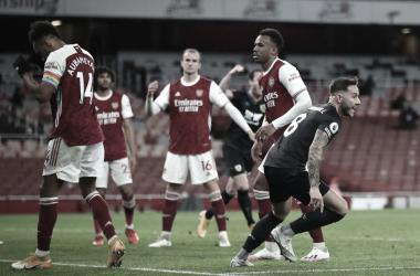Com expulsão infantil de Xhaka e gol contra de Auba, Arsenal tropeça diante doBurnley