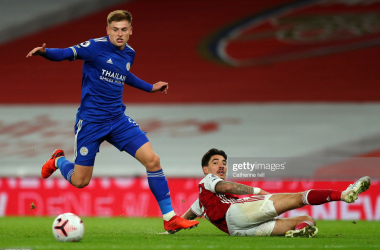 LONDON, ENGLAND - OCTOBER 25: Harvey Barnes of Leicester City and Hector Bellerin of Arsenal during the Premier League match between Arsenal and Leicester City at Emirates Stadium on October 25, 2020 in London, England. Sporting stadiums around the UK remain under strict restrictions due to the Coronavirus Pandemic as Government social distancing laws prohibit fans inside venues resulting in games being played behind closed doors. (Photo by Catherine Ivill/Getty Images)