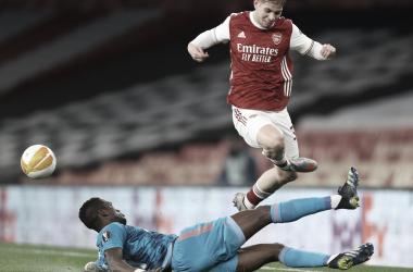 Arsenal perde para Olympiacos, mas se classifica à Europa League