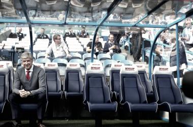 Arséne Wenger, sólo en el banquillo previo al partido.| Foto: Arsenal