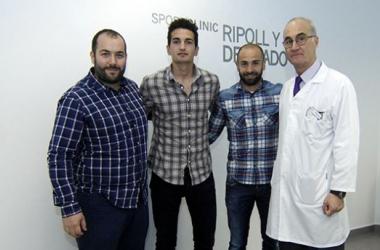 Álex y Chechu con los doctores | Foto: Dani Madrigal.