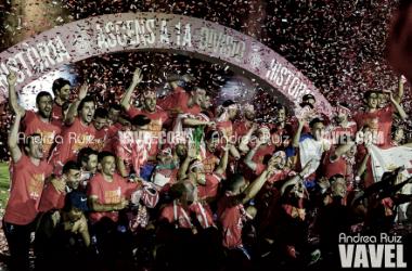 El Girona celebra el ascenso en el césped de Montilivi (Foto: Andrea Ruiz - VAVEL)