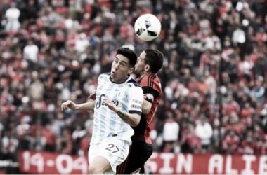 Lucas Villalba cabecea la pelota junto con Maximiliano Rodríguez. Foto: gentileza de Prensa Atlético Tucumán