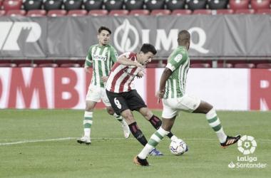Vesga ensaya el disparo en presencia de Rodri y Sidnei en el Athletic - Betis de la primera vuelta.Foto: LaLiga Santander.
