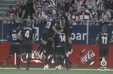 Loa futbolistas de la SD Eibar celebran un gol en Ipurúa frente al Athletic Club esta temporada (FOTO:// LaLiga)