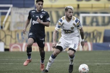 Joaquín Ochoa Giménez (Atlanta) y Jonás Acevedo (Quilmes) disputando la pelota. /(Foto: Prensa Atlanta)