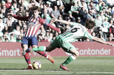 Tiro de Griezmann en el partido ante el Betis. / Foto: Club Atlético de Madrid.