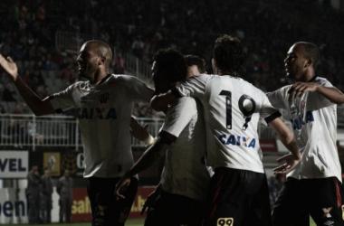 Atlético-PR vence Joinville e dorme na liderança do Brasileirão