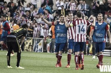 Gabi, Godín, Mario Suárez e Insúa celebran el triunfo en los cuartos de final de la pasada Champions League ante un Neymar desconsolado. (Foto: Jaime del Campo).