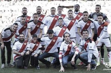 Jugadores del primer equipo junto a los actores. Fotografía: Rayo Vallecano S.A.D