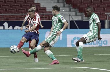 Atlético de Madrid tem dois gols anulados e expulsão, mas vence Betis