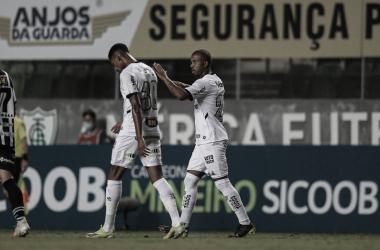 Lateral Mariano garante a vitória, em cobrança de falta (Foto: Pedro Souza/Atlético-MG)