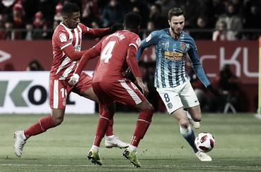 Saúl controla el esférico ante la presión de Ramalho y Lozano, autor del gol local. Foto: Web oficial del Club Atlético de Madrid
