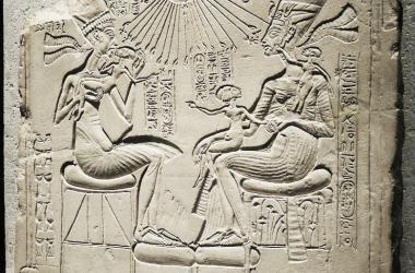 Estela que muestra a Akhenatón, Nefertiti y sus hijas, todos alcanzados por los rayos de Atón. Del periodo de Amarna. Fuente: Public Domain.