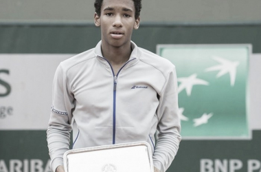Félix Auger-Aliassime with his runner-up trophy in Paris. Photo: Susan Mullane/ITF