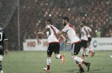 El ex-Estudiantes festeja junto con Larrondo el 1-1. FOTO: Diario Olé.