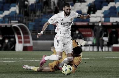 Bono derribaba a Benzema, el penalti se terminó cobrando en el área merengue. // Foto: Real Madrid