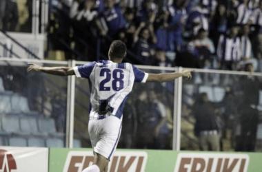Daniel Amorim comemorando com a torcida do Leão após seu segundo gol (Foto: Alceu Atherino/Avaí FC)
