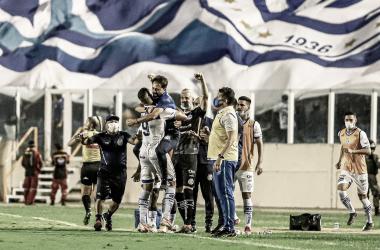 Técnico do Leão (em primeiro plano) acredita que pênalti que abriu o placar condicionou a partida (Foto: Luiz Neto/AD Confiança)