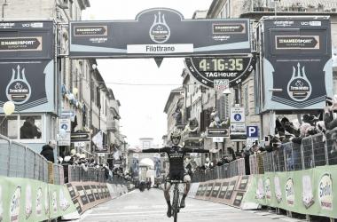 Adam Yates vince sul muro di Filottrano. Fonte: Tirreno-Adriatico/Twitter
