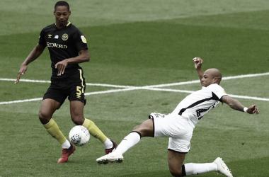 Com gol de Ayew, Swansea abre vantagem contra Brentford nas semis dos playoffs da Championship