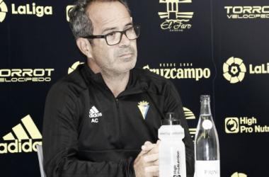 Álvaro Cervera ante los medios. Fuente: cádizcf.com