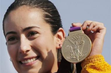 Mariana posando en el podio con su medalla