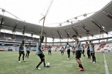 Jogadores treinam no gramado do estádio, que passa por obras e está fechado há mais de um ano (Foto: Divulgação/Botafogo)