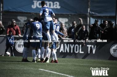 El filial tras un gol ante el AE Prat (Foto: Noelia Déniz)