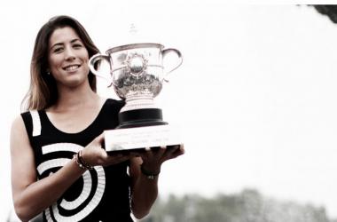 Garbiñe Muguruza poses with Roland Garros champion's trophyPhoto Courtesy: NurPhoto