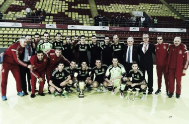 Los componentes de la selección española posan con el trofeo. Foto: @zigzagdigital.