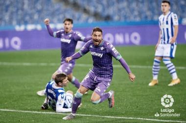 Joaquín Sánchez pone el 2-2 en el electrónico del Reale Arena. La Real vencía 2-0 en el minuto 85. Un ejemplo paradigmático de la fragilidad defensiva del equipo. Foto: LaLiga Santander.