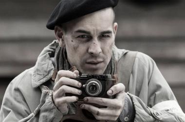 Mario Casas en el papel como el fotógrafo Francisco Boix. Foto: Filmax