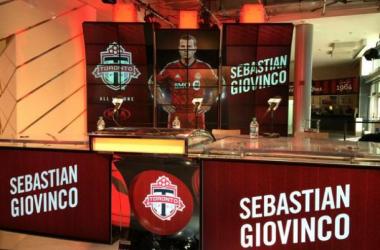 Signature du joueur international Italien Giovinco, agé de 27 ans (crédit photo : @torontofc)