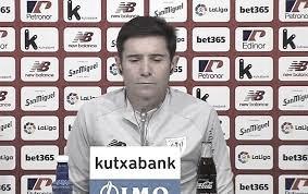 El entrenador del Athletic Club en rueda de prensa respondiendo a los medios