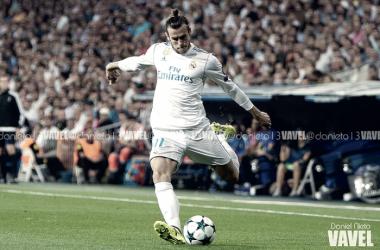 Gareth Bale golpeando al esférico en un partido en el Santiago Bernabéu | Foto: VAVEL