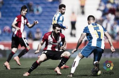 Mikel Balenziaga se mide a Hernán Perez en un lance del juego | Foto: LaLiga