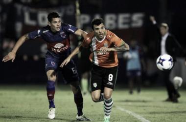 Benítez marcando a Bertolo; atrás observa Sava (Foto: Olé).