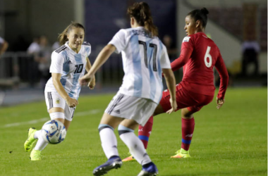 Estefania Banini (left) passes the ball in Argentina's World Cup play-in game against Costa Rica. |Photo: Getty Images - Getty Images